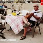 Мужчина играет на мандолине