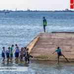 Дети играют в море